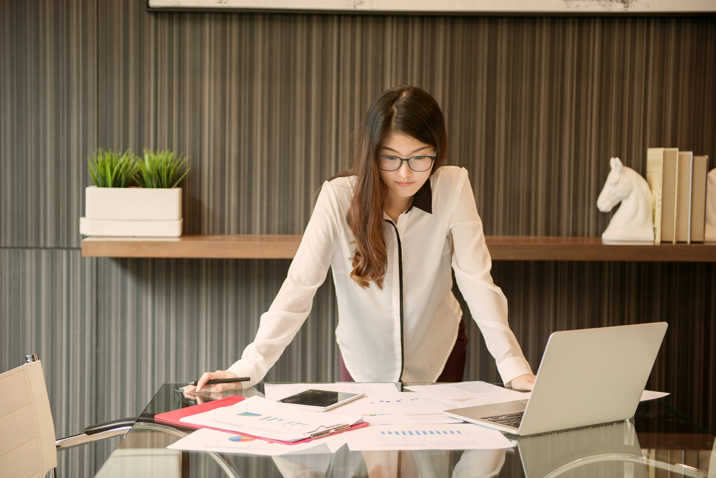 An Asian business woman presenting in meeting room